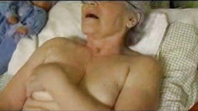 Rusty Connie đặt ngón tay trong âm đạo của phim vụng trộm nhật bản cô trong khi cô chơi.